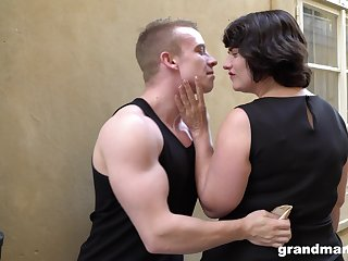 Fat bottomed cougar picks up a young man increased by gives him a great blowjob