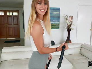 Gorgeous babe Angel Youngs pleases a horseshit approximately her cunt and mouth